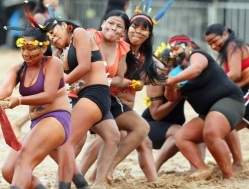 Members of the Brazilian Bororo indigenous ethnic group compete in a tug-of-war competition during the XII Games of the Indigenous People, in Cuiaba November 12, 2013. Forty eight Brazilian Indigenous tribes will present their cultural rituals and compete in traditional sports such as archery, running with logs and canoeing during the XII Games of Indigenous People which will run until November 16. REUTERS/Paulo Whitaker (BRAZIL - Tags: SPORT SOCIETY) - RTX15B1S
