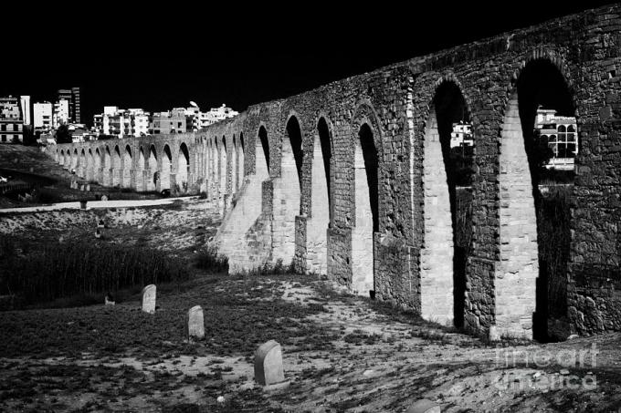 span-of-the-kamares-aqueduct-larnaca-republic-of-cyprus-europe-the-aqueduct-built-in-1750-joe-fox